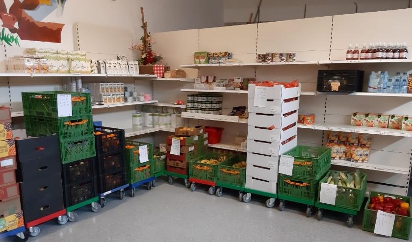 In de Voedselbankwinkel staat vers voedsel klaar voor de uitgifte. Gastvrouwen vullen daar een tas met verse producten voor de afnemer.