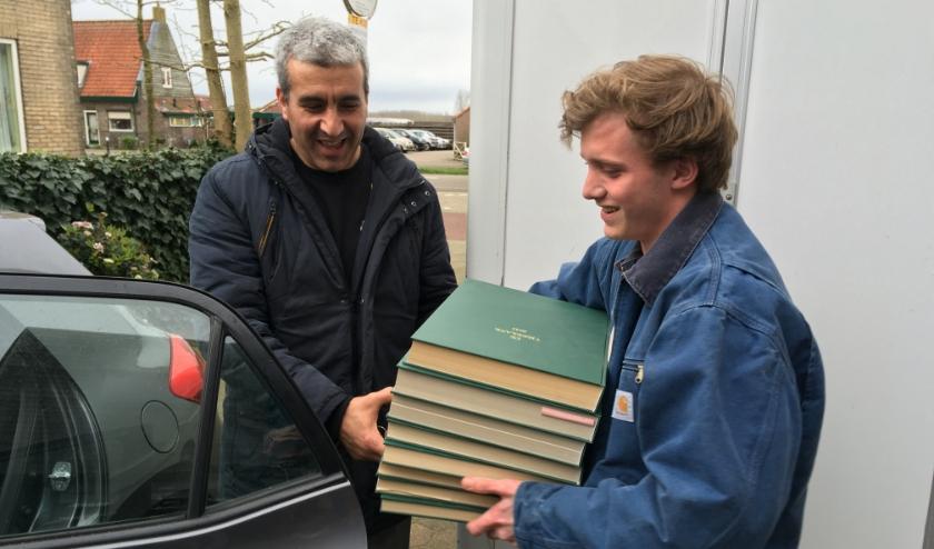 Appie van Mens De Bilt krijgt de ingebonden Vierklanken op kantoor in Groenekan overhandigd door Mark.