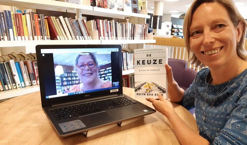 Bea Rigter (r) en Ike Bekking met, alvast, het boek dat volgende week wordt besproken.