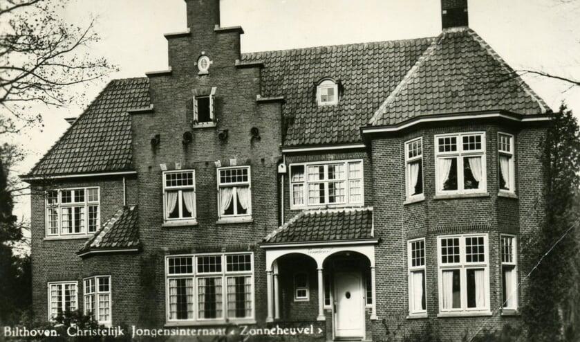 De commandobunker kwam naast de villa Zonneheuvel in de driehoek Tollenslaan, Bilderdijklaan, Hasebroeklaan.