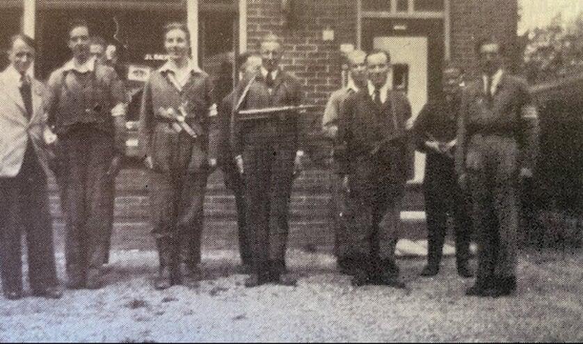 Jaap Balvers rechts van de verzetsgroep De Bilt voor het huis Blauwkapelseweg 34.