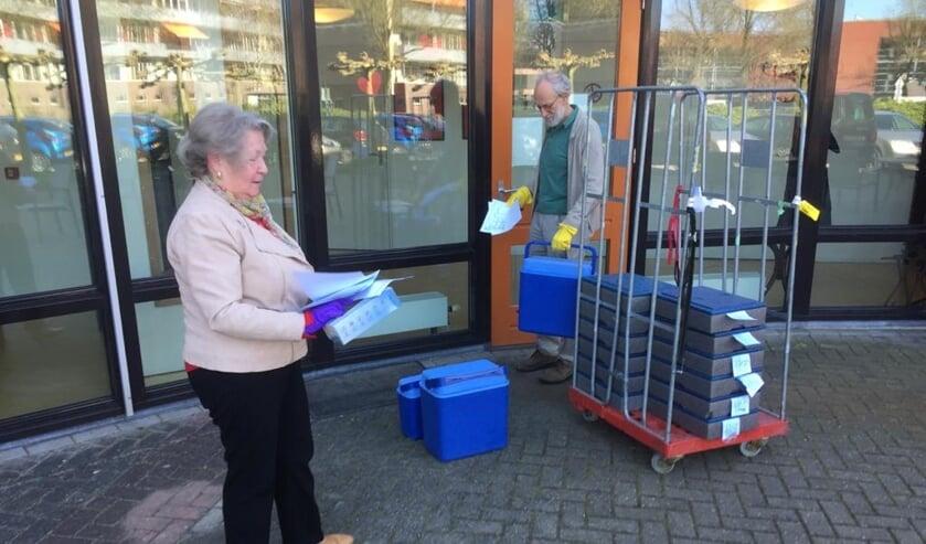 Vrijwilligers van Tafeltje Dekje halen maaltijden op bij De Koperwiek.