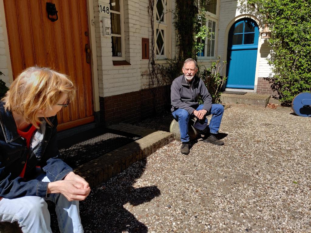 Veroniek Clerx was in april 2020 op de stoep van het huis in Bilthoven opnieuw in gesprek met Karel Huigen. [foto Henk van de Bunt] Foto:  © De Vierklank