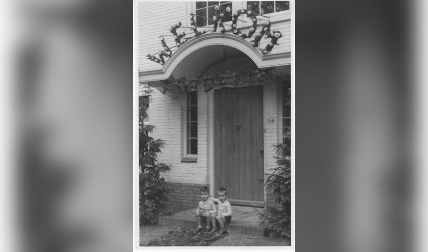 'Welkom Frederik'. Erik en Karel (r) wachten in 1943 op de stoep van het huis in Bilthoven op de thuiskomst uit het ziekenhuis van hun pasgeboren broertje. (foto: Karel Huijgen)