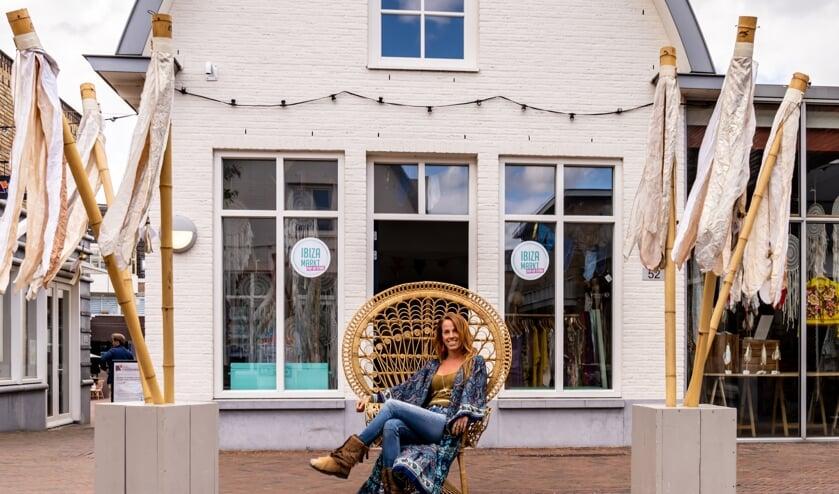 Manon voor de Ibiza-markt pop up, Kwinkelier 52 in Bilthoven. (foto Saskia Godschalk)