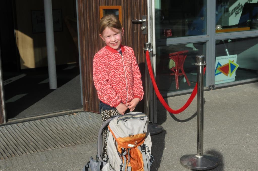 Jasmijn gaat met een grote tas de school in. Foto: Guus Geebel © De Vierklank