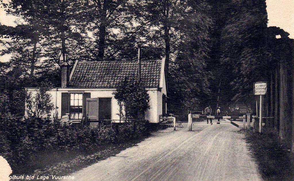 Een ongedateerde foto; tolhuis gezien vanuit zuidelijke richting.  (foto Henk Kuus) Foto:  © De Vierklank
