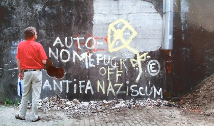 Deze foto (met Frans de Graaf) voor de bunker is genomen tijdens een bezoek van de Klankbordgroep Larenstein in 2008, waarbij de boorgaten zichtbaar zijn om de bunker op te blazen. Deze gaf zich niet gewonnen en is toch alsnog opgenomen in de bebouwing.