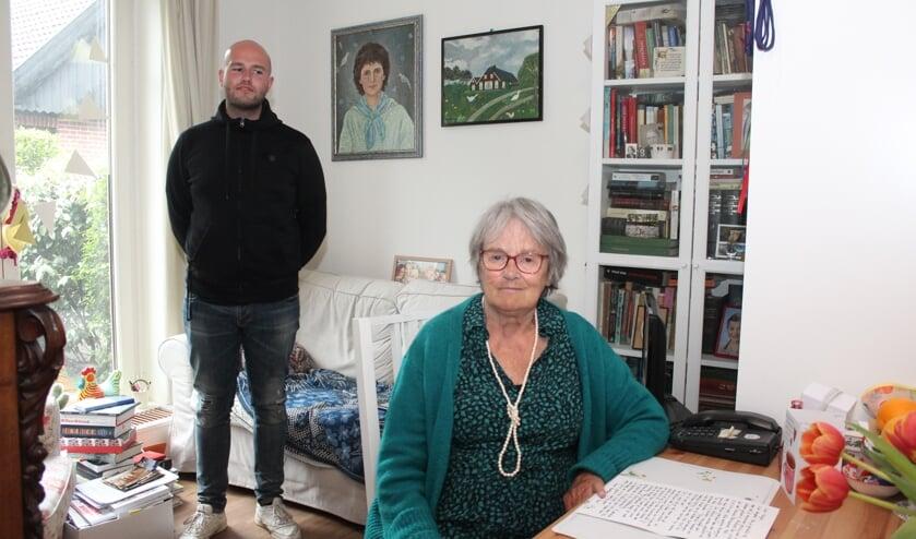 V.l.n.r. Dennis , een zelfportret van vroeger, het ouderlijk huis (van) en Marijke Govers in de Windehof.