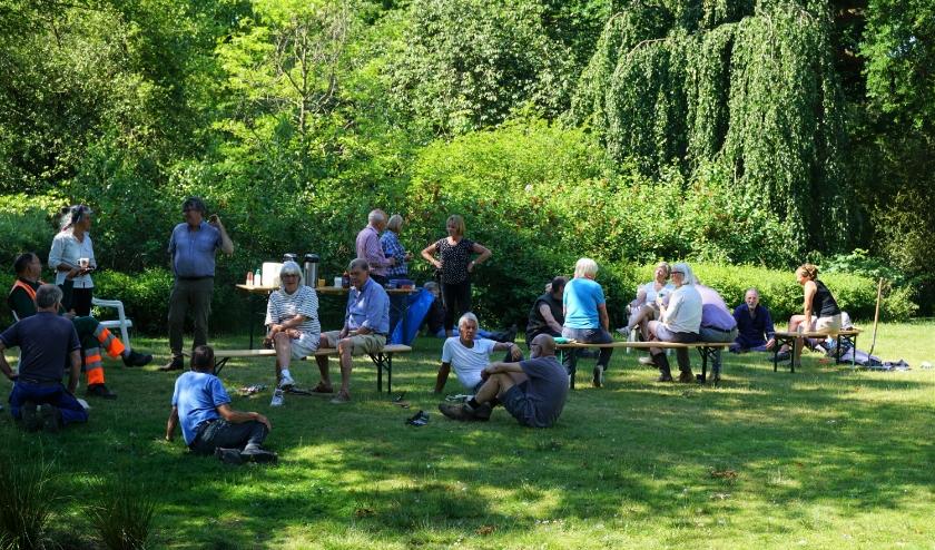 Tijdens de werkpauze genoten de vrijwilligers van hun koffie, op gepaste afstand van elkaar.