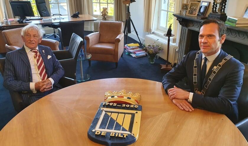 Kunstenaar Philippe van der Zeeuw naast burgemeester Sjoerd Potters.