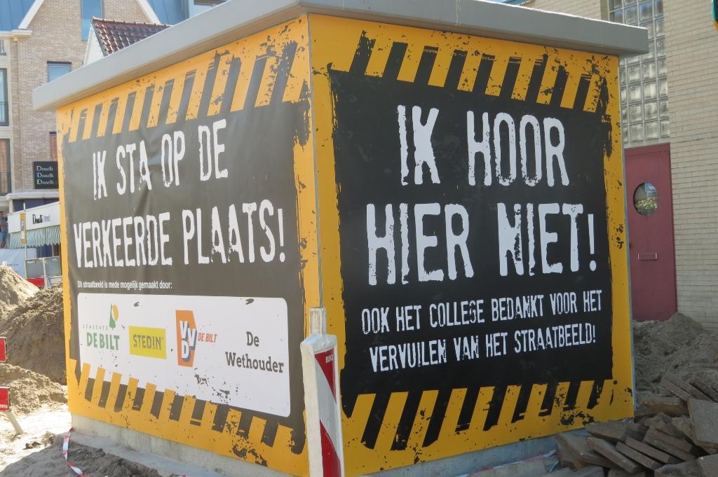 Dinsdag 19 mei werd het ongenoegen ter plaatse voor het grote publiek zichtbaar gemaakt en werden de betrokkenen binnen de Gemeente De Bilt namens de ondernemers op gepaste wijze 'bedankt'. [foto Guus Geebel] Foto:  © De Vierklank