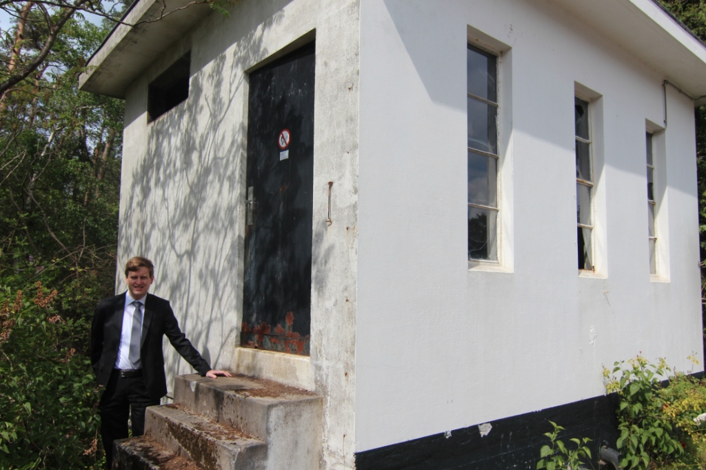Gijsbert Kruijmer bij het pomphuisje, dat er nog steeds staat.  Foto: Henk van de Bunt © De Vierklank