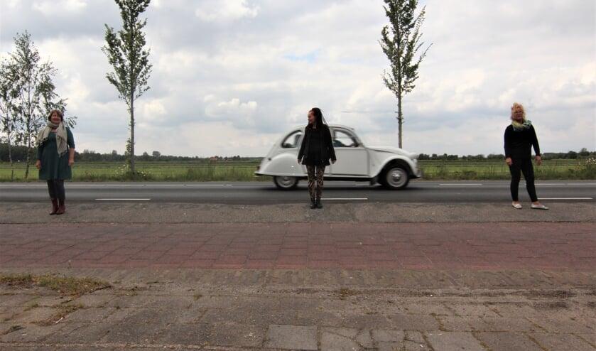 Bewoners op de Koningin Wilhelminaweg, zonder bescherming van een voetpad, balancerend tussen twee kwaden - de snelweg en het fietspad - beide ingericht om te snel te rijden.