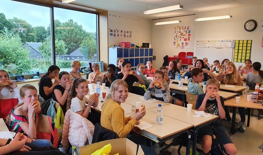 Groep 8 eet gezamenlijk op school.
