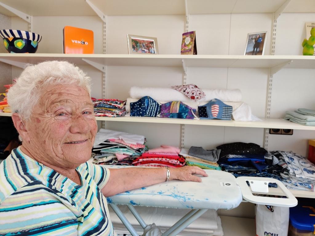 Eef in haar atelier: 'Door corona kom ik nu even niet verder dan het naaien van mondkapjes'.  Foto:  © De Vierklank