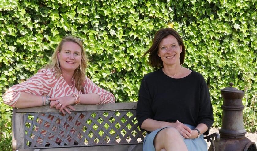 Mariska Hardeman (l) en Karin Bos maken samen herinneringsboekjes.