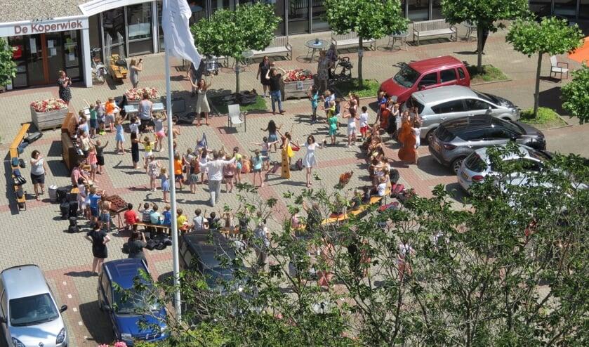 Leerlingen van de Julianaschool zingen bij De Koperwiek.