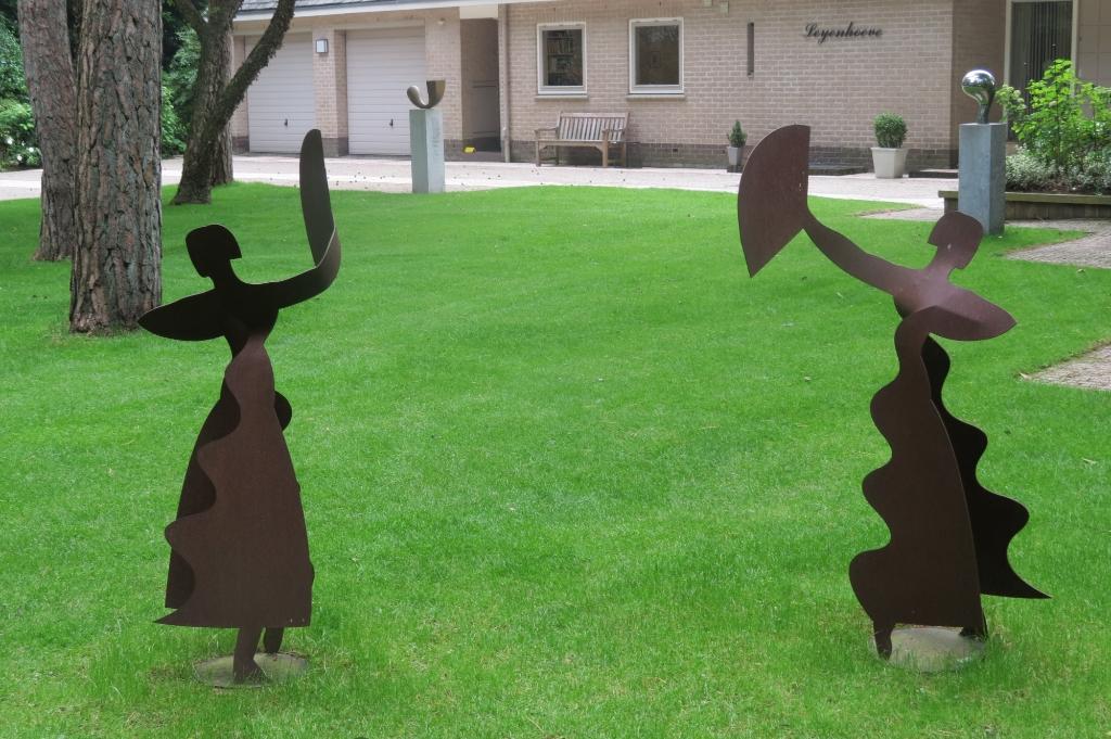 In de tuin van de familie Maas staan twee flamencodanseressen gemaakt van cortenstaal van Elisabeth Varga (? 2011). Door haar maakte Rita Maas kennis met de exposities bij het gemeentehuis. Foto:  © De Vierklank