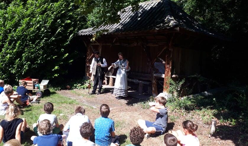 De leerlingen maken zich op om gedichten te schrijven op 'inspiratieplek': het theehuisje achter Eyckenstein.
