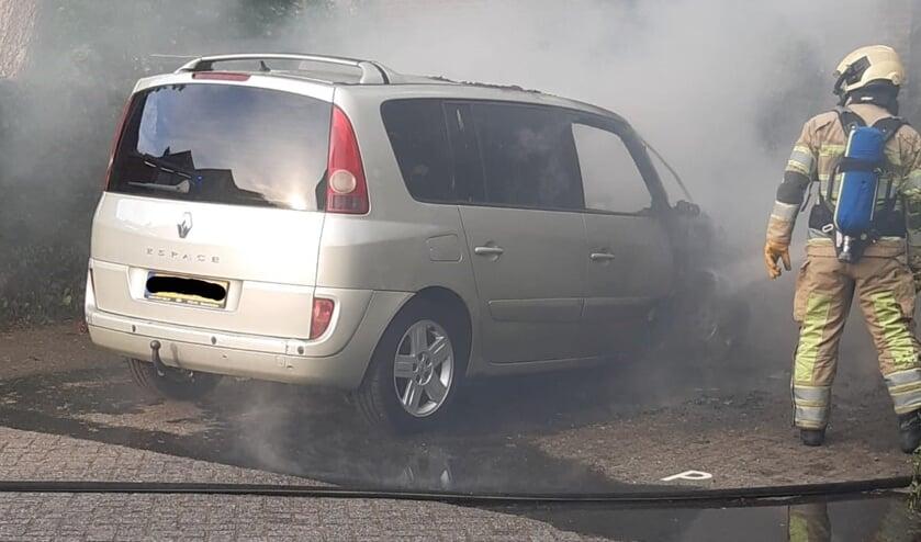 Brandweer in actie bij een felle motorbrand in Maartensdijk.