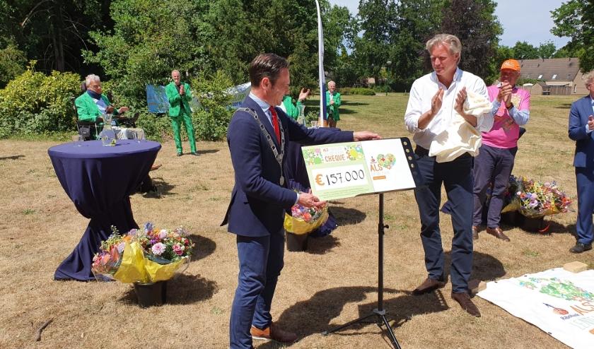 Burgemeester Sjoerd Potters was gastheer achter het gemeentehuis