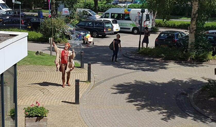 Bellenblaaskunstenares Myra Steens voor verpleeghuis De Bremhorst in Bilthoven