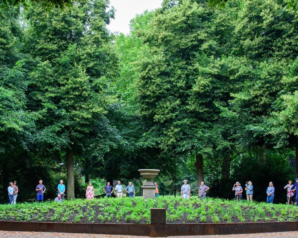 Het cirkelplantsoen bij de ingang is verhoogd, voorzien van een mooie stalen rand en is met vaste planten beplant. In het midden ervan is een tuinvaas geplaatst, op de plek waar vroeger de Moerkoertvaas stond.  Foto:  © De Vierklank
