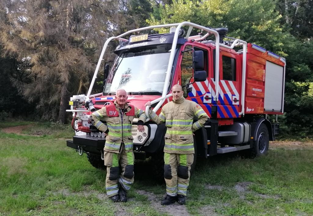 Vader en zoon de Graaf in vol ornaat voor de laatste aanwinst van de Brandweer Maartensdijk. Het voertuig heeft  3000 liter bluswater water en 500 liter voor eigen veiligheid van de manschappen aan boord:. Foto:  © De Vierklank