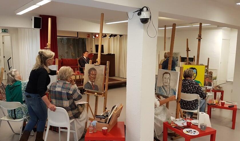Zes kunstenaars portretteren burgemeester Sjoerd Potters, terwijl beeldend kunstenaar Dioni ten Busschen aanspoort vooral zijn ziel te vatten op het doek.