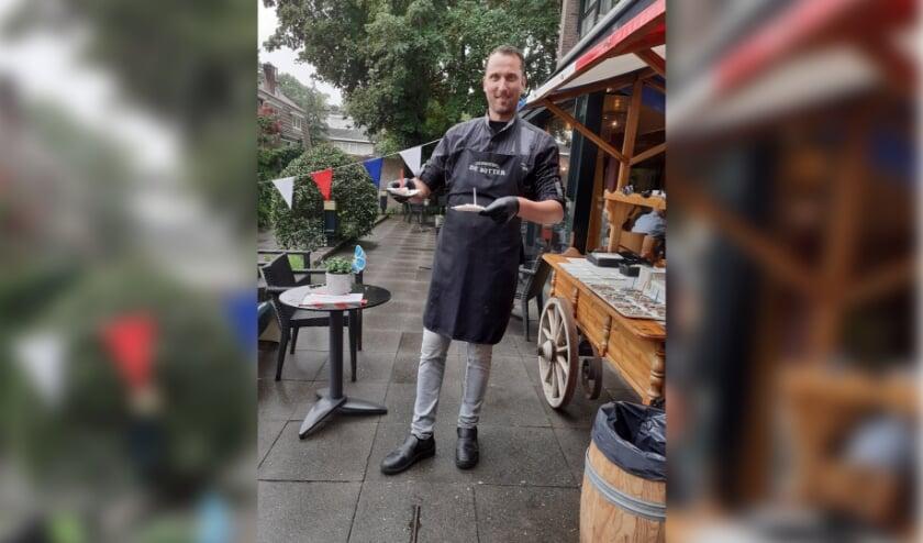 Reinier serveert Hollandse Nieuwe aan bewoners van Schutsmantel.