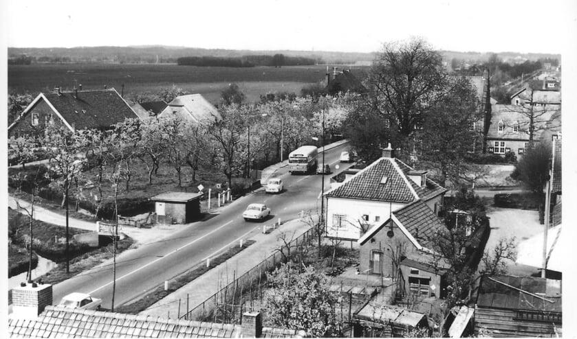 Uitzicht vanaf de brandweertoren aan de Kon. Wilhelminaweg in Maartensdijk met het kruispunt bij het voormalig gemeentehuis van Maartensdijk in de jaren zestig van de vorige eeuw. (archieffoto Koos Kolenbrander)