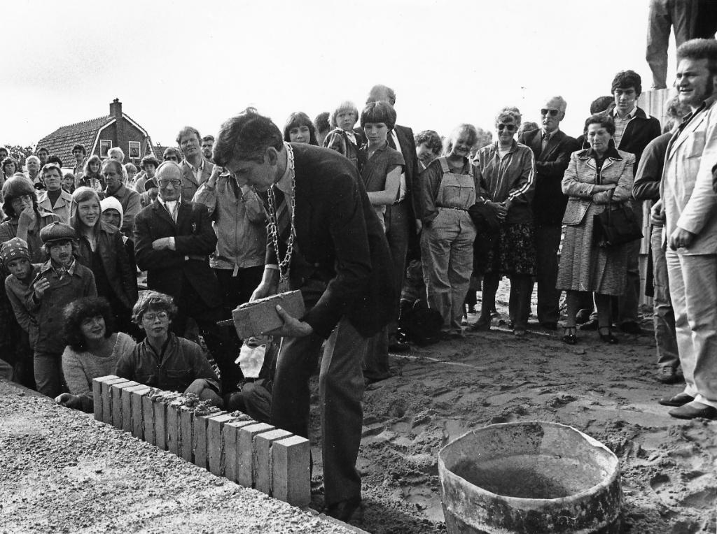 Voor de lang verwachte nieuwbouw legt burgemeester Panis de eerste staan op 25 aug 1979. Foto uit archief van Wout van Winssen. Foto:  © De Vierklank