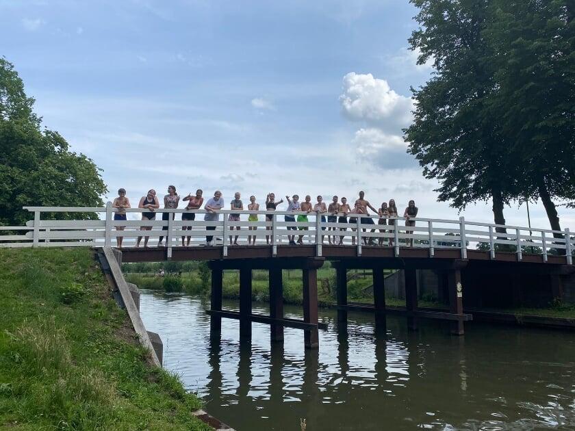 Tijdens het Kamp met de kano naar fort Rhijnauwen gepeddeld. Een mooie klassenfoto op de brug over de Kromme Rijn.