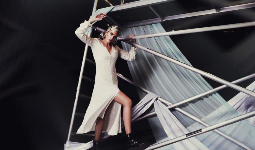 Inbetween Model Rachel poseert op grote hoogte in Het Kunstenhuis.
