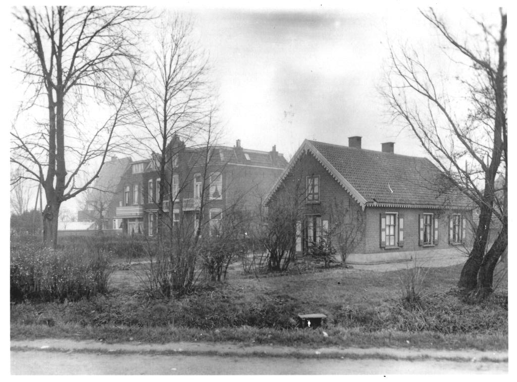De eind jaren 60 afgebroken boerderij met linksachter de huizen aan de Steinenburgerlaan. Foto:  © De Vierklank