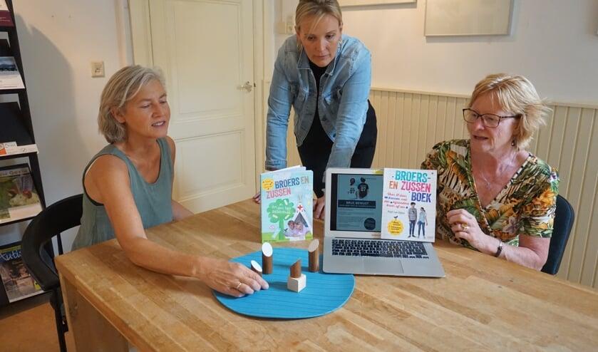 Links Yol Kuijer bespreekt met Anjet van Dijken en Annie Naber het gezinsmodel.