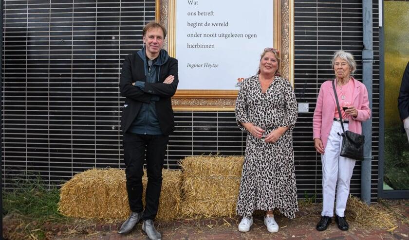 Dichter Ingmar Heytze, Ike Bekking en Francine Bekking-Muller voor het muurgedicht aan de gevel van de Bilthovense Boekhandel. (foto Aneo Mario Koning)