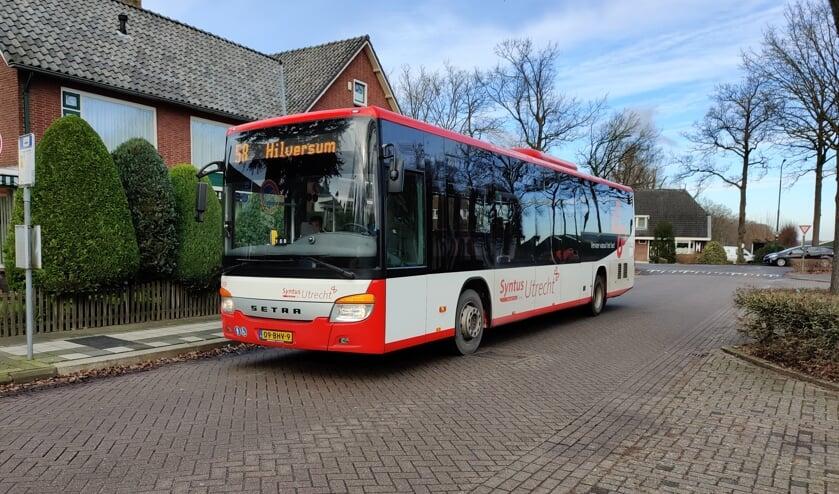 Een bus van lijn 58 komt aan bij de halte op de hoek van de Maartensdijkse Julianalaan