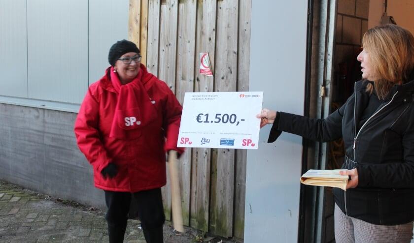 Op 8 januari bracht een delegatie van SP De Bilt met auto's met aanhanger de inzameling in natura naar De Voedselbank naast een cheque met daarop het eindbedrag van de actie.