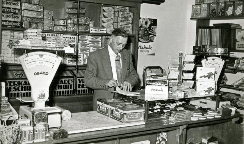 Aart Veldhuizen in de winkel aan de Julianalaan 57. (foto Hist. Kring De Bilt)