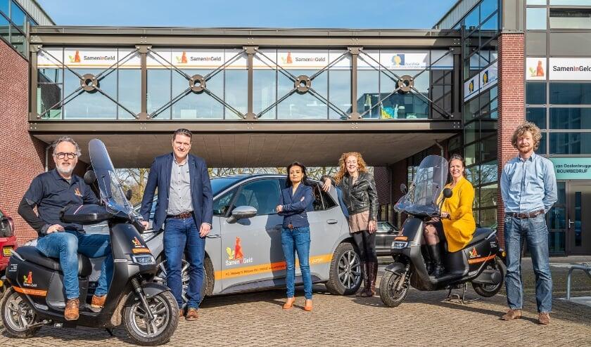 Het team van SamenInGeld voor hun kantoor op Larenstein met de volledige elektrische vloot, waarmee ze aangeven dat duurzaamheid voor hen ook een belangrijk aspect is! (foto: Hans Lebbe)