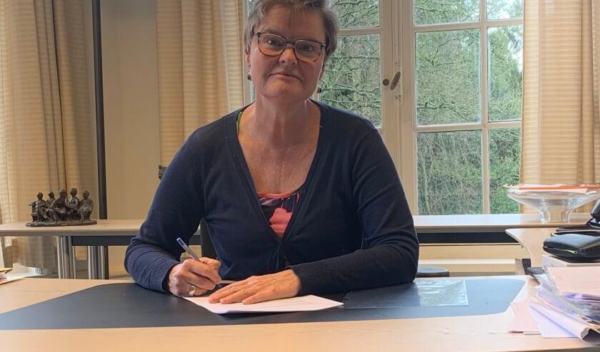 Wethouder Anne Brommersma ondertekent de overeenkomst.