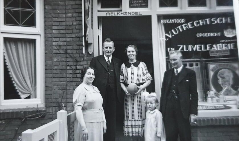 De foto (met en grootouders) voor de winkel  aan de Julianalaan op de plek waar nu de Xenos is gevestigd. (foto: collectie familie Tonen-Klumper)