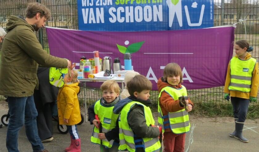 <p><em>Bewoners staan met hun kinderen klaar om de wijk Centrum II een opknapbeurt te geven.</em></p>