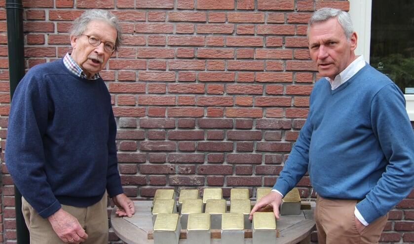 V.l.n.r. Alexander Tchernoff en Evert Theunissen bij de serie nog te plaatsen struikelstenen.