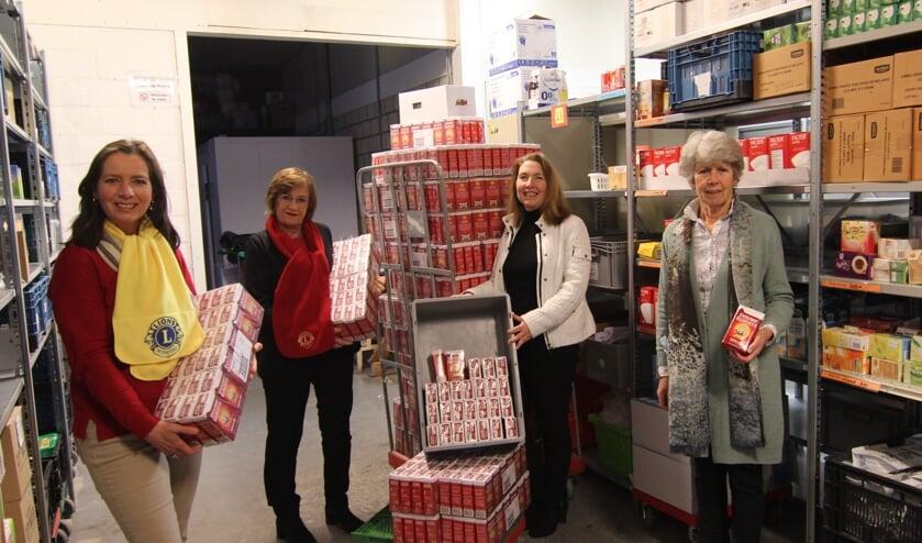 Vorig jaar leverde de actie nog 876 pakken koffie op. Dit jaar werden er maar liefst 1360 pakken DE-koffie aan Voedselbank De Bilt overhandigd. [foto Henk van de Bunt]