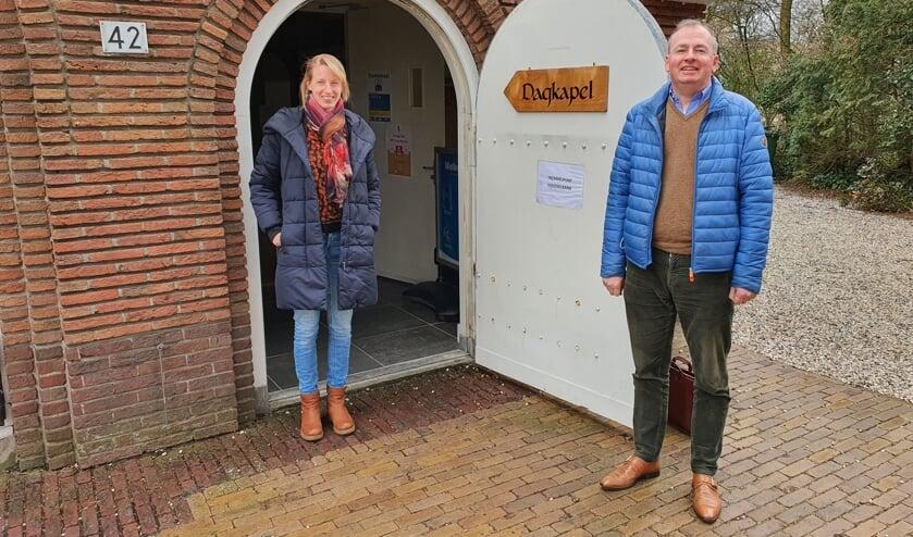 De predikanten Marjolein Cevaal en Harold Oechies hopen de kerkgangers spoedig weer live te ontmoeten.