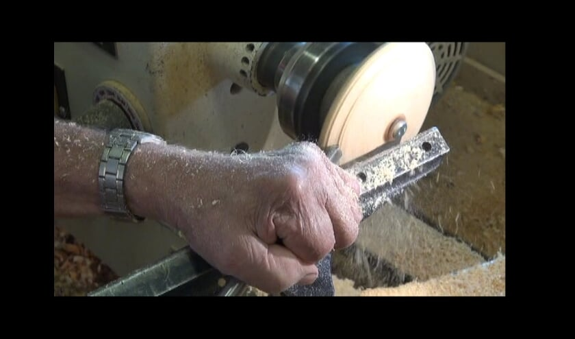 <p><em>Vaardige handen bedienen de moderne draaibank. Vormen het ruwe stuk hout tot een fraai product.</em></p>