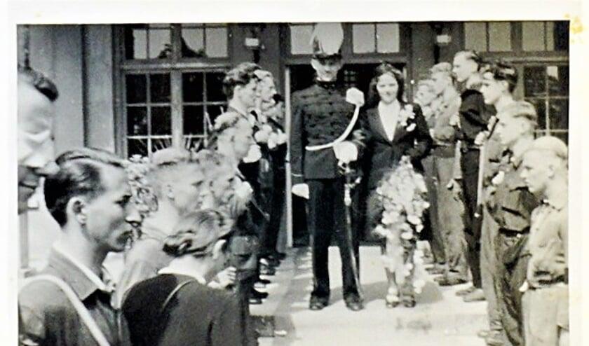 <p>Ze trouwden op 20 juni in Jagtlust, waar zij naast woonde. Walter droeg zijn gala-uniform. Zij een mantelpakje gemaakt uit een cape van Walters uniform.</p>